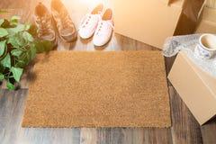 Stuoia benvenuta della casa dolce casa, scatole commoventi, donne e scarpe maschii fotografia stock