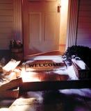 Stuoia benvenuta di inverno con la porta aperta Immagine Stock Libera da Diritti