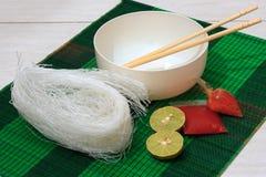 Stuoia con le tagliatelle di vermicelli asciutte del riso Fotografia Stock