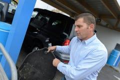Stuoia dell'automobile di pulizia dell'uomo immagini stock