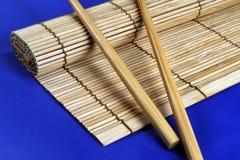 Stuoia di bambù e del bacchette immagini stock