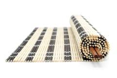 stuoia di bambù Metà-rotolata con le bacchette Fotografie Stock Libere da Diritti