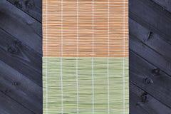 Stuoia di bambù sulla tavola di legno, vista superiore immagine stock libera da diritti