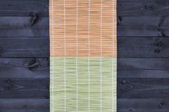 Stuoia di bambù sulla tavola di legno, vista superiore fotografia stock