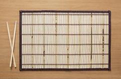 Stuoia di bambù vuota sulla tavola fotografia stock libera da diritti