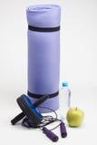 Stuoia di yoga con il salto della corda, bottiglia di acqua, ABS Immagine Stock Libera da Diritti