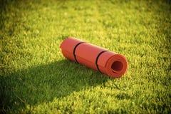 Stuoia di yoga su erba verde, forma fisica Fotografia Stock Libera da Diritti
