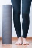 Stuoia e donna di yoga Fotografie Stock Libere da Diritti