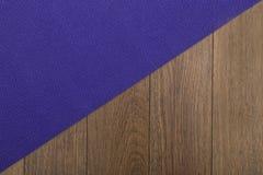Stuoia porpora di yoga sul pavimento di legno Immagini Stock Libere da Diritti