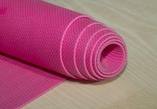 Stuoia rosa rotolata di forma fisica Fotografie Stock Libere da Diritti