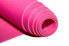Stuoia rosa rotolata di yoga o di forma fisica fotografia stock
