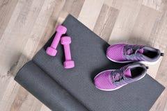 Stuoia, scarpe da tennis e teste di legno di yoga Fotografia Stock