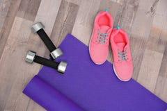 Stuoia, scarpe da tennis e teste di legno di yoga Immagini Stock Libere da Diritti