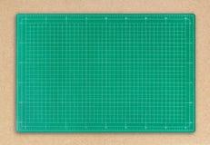 Stuoia verde di taglio sul fondo della carta marrone immagine stock