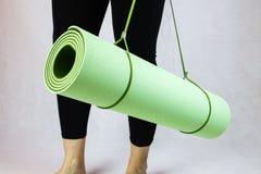 Stuoia verde di yoga Fotografie Stock Libere da Diritti