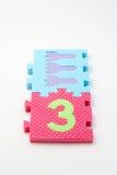 Stuoie di puzzle di numero tre. Fuoco sul fronte (piccolo DOF) Fotografia Stock