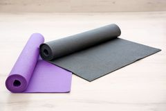 Stuoie di yoga sul pavimento di legno Immagini Stock Libere da Diritti