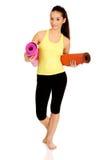 Stuoie pronte di yoga della tenuta della donna di forma fisica Immagine Stock
