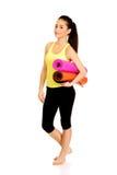 Stuoie pronte di yoga della tenuta della donna di forma fisica Immagini Stock