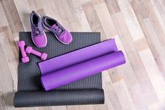 Stuoie, scarpe da tennis e teste di legno di yoga Fotografie Stock