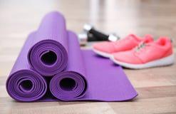 Stuoie, scarpe da tennis e teste di legno di yoga Immagine Stock