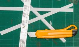 Stuoie verdi di taglio con il righello e la taglierina del ferro Fotografia Stock Libera da Diritti