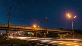 Stupéfier égalisant le pont et la route en métal de chemins de fer de paysage urbain avec le ciel du trafic avec le timelapse d'é banque de vidéos