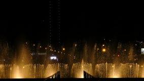 Stupéfier les fontaines et l'eau de danse éclabousse la nuit dans la ville - les lumières, les couleurs et l'exposition de nuit d banque de vidéos