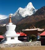 Stupa在有挂接的Ama Dablam Tengboche修道院里 免版税库存照片