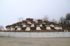108 Stupa在Dochula通行证 免版税库存图片