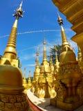 stupa塔的小的金黄塔 免版税图库摄影