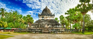 stupa美丽的景色在Wat Visounnarath 老挝 全景 免版税库存图片