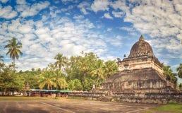 stupa美丽的景色在Wat Visounnarath 老挝 全景 库存图片