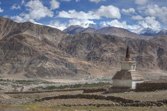 stupa路旁和沙子山风景看法在途中对Hemis修道院拉达克,印度 库存图片