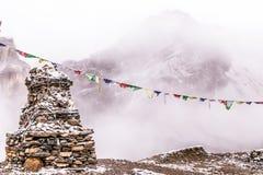 Stupa και βουδιστικές σημαίες Στοκ Εικόνα