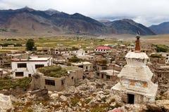 Stupa στον ποταμό του χωριού Zanskar Padum και το μοναστήρι Padum Στοκ εικόνες με δικαίωμα ελεύθερης χρήσης