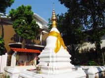 在佛教寺庙的大白色stupa在泰国 库存照片