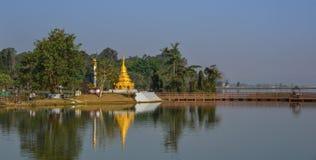 Stupa antico sulla banca del lago Inle fotografia stock