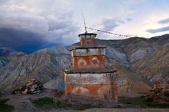 Stupa antique de fève dans le village de Saldang, Népal Photo stock