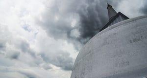 Stupa in Anuradhapura Sri Lanka tijdens een onweer Stock Afbeelding