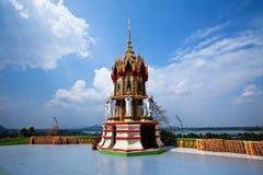 Stupa avec le ciel bleu Photographie stock libre de droits