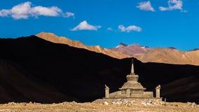 Stupa avec le fond de montagne dans le ladakh de leh, Inde Photographie stock libre de droits
