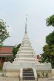 Stupa blanco bajo luz del sol Foto de archivo