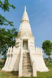 Stupa blanco bajo luz del sol Imagenes de archivo