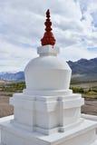 Stupa blanco budista Imágenes de archivo libres de regalías