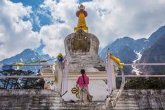 Stupa blanco en el valle de Yumthang en Lachung Sikkim, la India. Imagen de archivo
