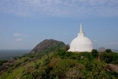 Stupa blanco en la colina, Sri Lanka Fotografía de archivo libre de regalías