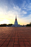 Stupa blanco en puesta del sol Foto de archivo