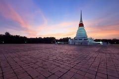 Stupa blanco en puesta del sol Imagen de archivo libre de regalías