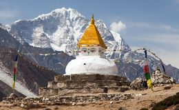Stupa blisko Dingboche wioski z modlitewnymi flaga Obrazy Royalty Free